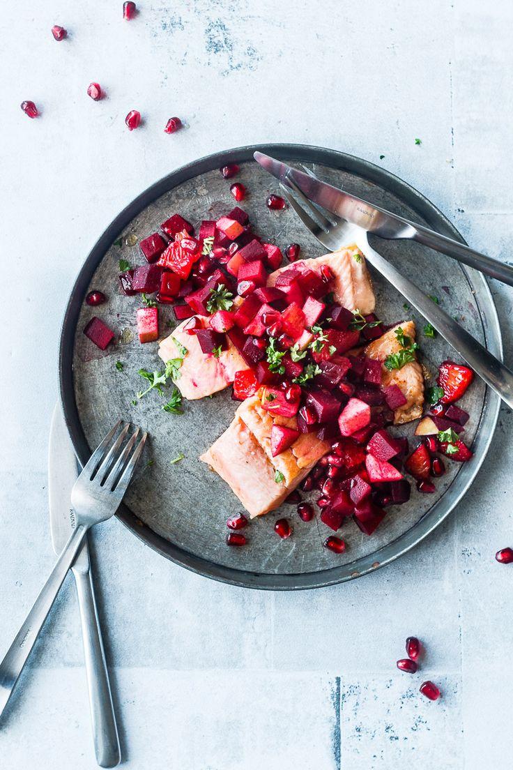 Nem og lækker opskrift på stegt laks med sundt tilbehør. Server laks med lun rødbede-salat, som passer perfekt. Nem aftensmad med fisk til efterår og vinter
