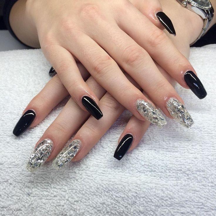Svarta med silverflakes på Caroline  #nailporn #nailtech #gelnails #gelenaglar #nagelförlängning #glitternails #naglar #nailswag #vackranaglar #nailstagram #nailart #nails #scra2ch #hudabeauty #gliter #nailart #coffinnails #melformakeup #essie #vegas_nay #nsi #nailpromote #longnails #nailartgallery #glamandglits #notd #glamandglits by lollokittys_naglar