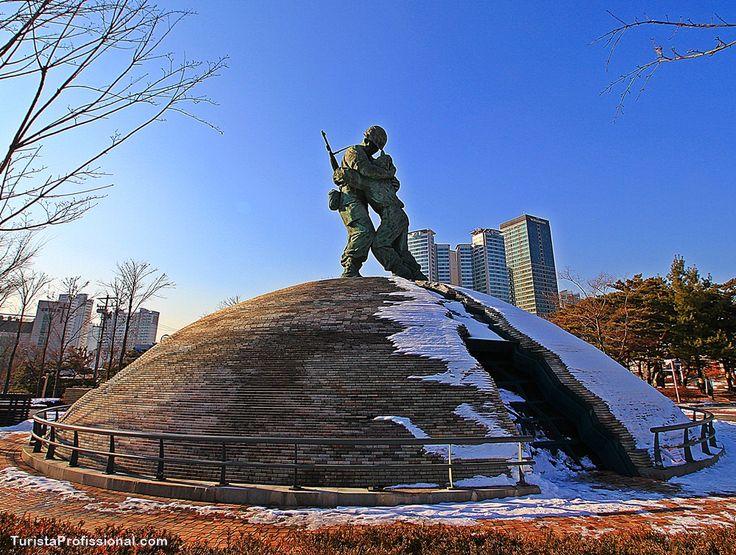 Monument The Statue of Brothers, in The War Memorial of Korea, in Seoul. . Monumento The Statue of Brothers, no complexo do Memorial de Guerra da Coreia, em Seul.