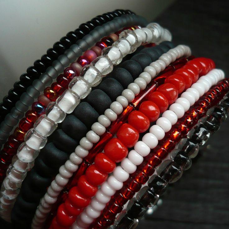 Žhavé uhlíky Náramek z paměťového drátu - 11 otoček, průměr 6 cm, šířka 4 cm. Bílý, černý, šedý, průhledný a červený rokajl a tyčinky. Vhodný k náhrdelníku
