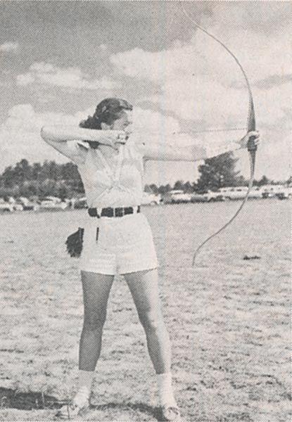 Ann Weber Hoyt. NAA Campeón, 1940, '46, '47, '52, '53 y '55 Primera mujer en ganar tanto Objetivo Nacional (Freestyle) y Campeonato de campo (Arco Desnudo) a mediados de 1950 Campeón de Tiro de Campo Internacional, 1959 Campeón del Mundo de 1959 Gerente de la EE.UU. Olímpico de Tiro con Arco Equipo, 1984 Receptor, de NAA Medalla de Honor Thompson, 1984   Servicio más de 65 Años de Tiro con Arco Esposa de 1977 Tiro con arco Salón de la Fama Earl Hoyt, Jr.