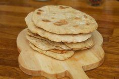 Naan brood is een eenvoudig soort brood wat veel gegeten wordt, als bijgerecht, bij Indiase gerechten. Het is een heel eenvoudig brood die je gewoon in de koekenpan kunt klaarmaken. Je kunt het Naan ook in de oven bereiden of in een grillpan. Het heeft wel wat weg van pita brood.