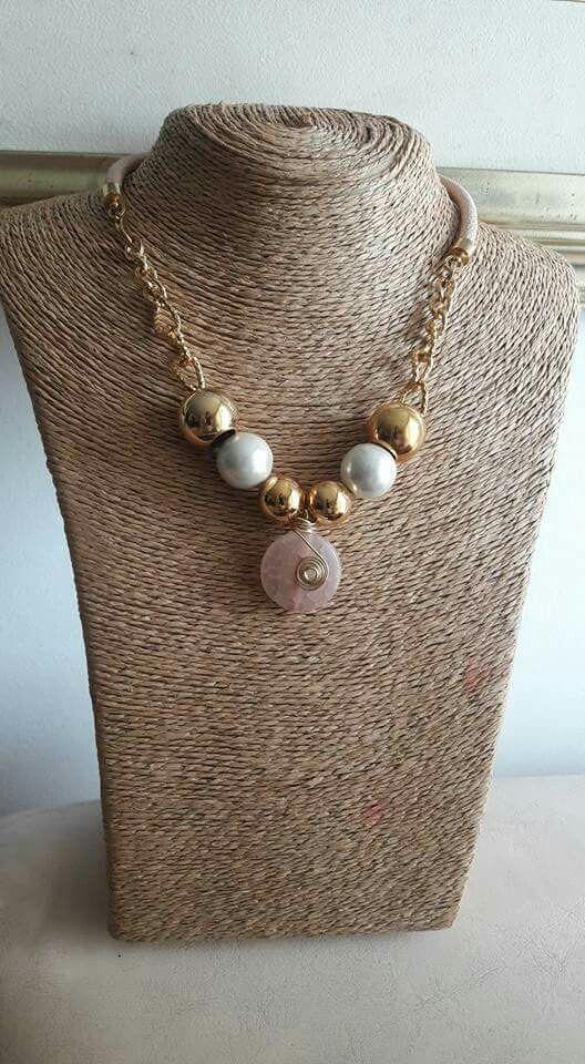 Cuero rosa, perlas y piedra naturales.