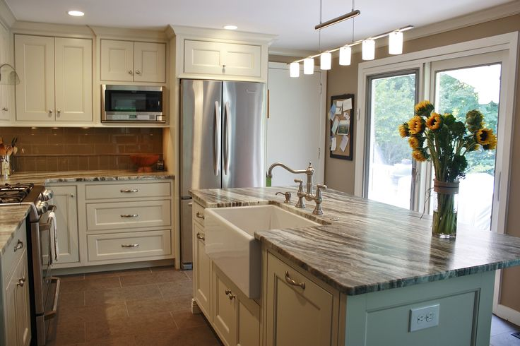 This kitchen features Brown Fantasy Leathered quartzite ...
