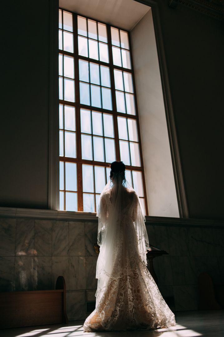 Как сделать классическую свадьбу более разнообразной и интересной? . Если вы приняли решение, что ваша свадьба будет проведена в традиционном стиле – это совершенно не значит, что она получится стандартной, скучной и обыденной. Стоит приложить всего немного усилий, и равных вашему празднику просто не будет. Итак, давайте разберемся, как же можно разнообразить традиционную свадьбу? . 💕💕💕Добавьте красок. Декор ярких оттенков великолепно сочетается с классическими белыми скатертями и…