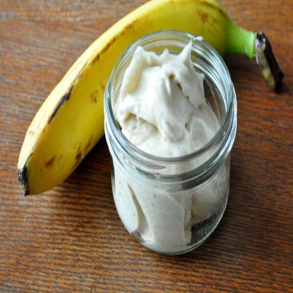 Este riquísimo y saludable helado de plátano se puede disfrutar solo al natural, o combinar con salsas, dulce de leche, crema y chocolate, o servir para acompañar tus postres favoritos. Esta receta es una porción de helado, por lo tanto si quieres hacer más cantidad de este helado para varias personas, sólo tienes que añadir un plátano por cada una de ellas.   Ingredientes: 1 plátano maduro Preparación: 1- Rebana el plátano maduro en pedazos, ycolócaloen un recipiente dentro del ...