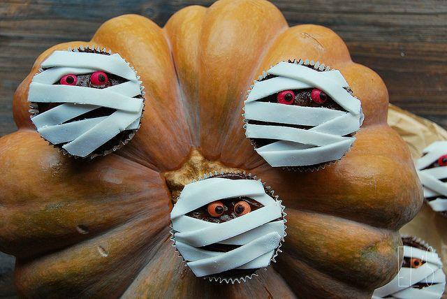 Cupcakes momies pour Halloween - Emilie and Lea's Secrets http://emilieandleassecrets.com/2012/10/21/cupcakes-momies-pour-halloween/