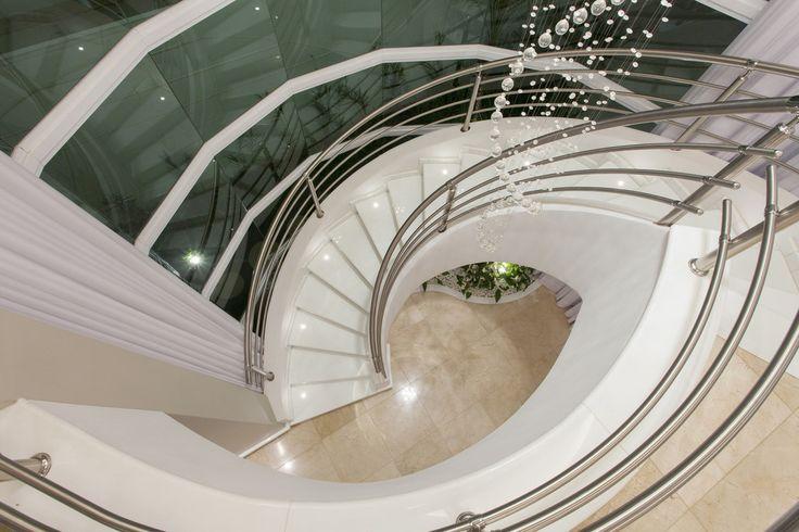 Escada curva branca, guarda corpo , corrimão inox