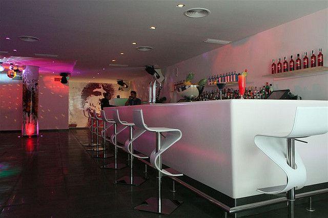 Mystique dans bar voorzien van een fraai modern en kleurig interieur.
