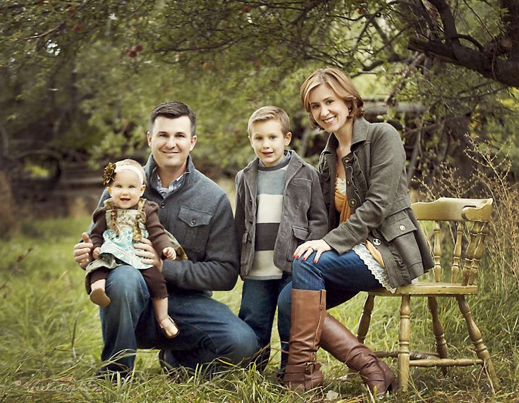 Great clothing coordination and nice pose for family with young children.
