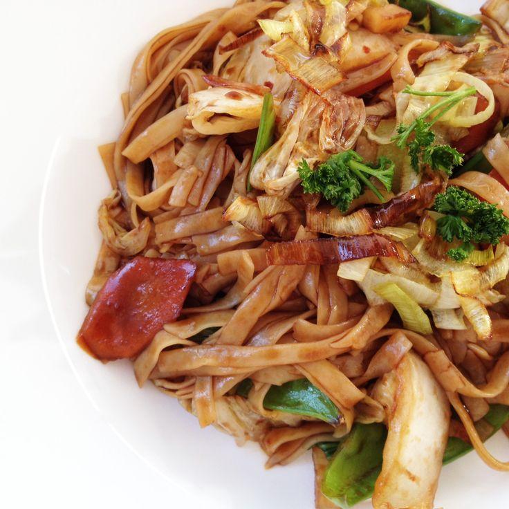 Pad Thai Nudeln - gebratene Reisnudeln in Tamarindensoße mit Gemüse - Тайская жареная рисовая лапша в соусе из тамаринда с овощами