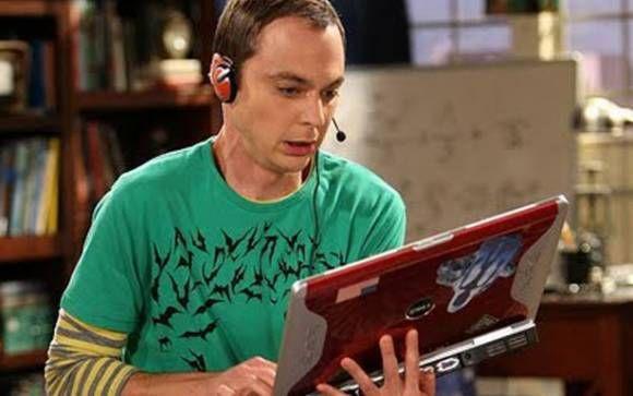 Sheldon - Big Bang Theory Um dos nerds mais famosos da ficção, Sheldon (Jim Parsons) tem física como sua matéria favorita e vive falando com um vocabulário científico em conversas que não têm nada a ver. Apesar de ser muito inteligente, ele manda mal na hora de sacar quando alguém está sendo irônico!
