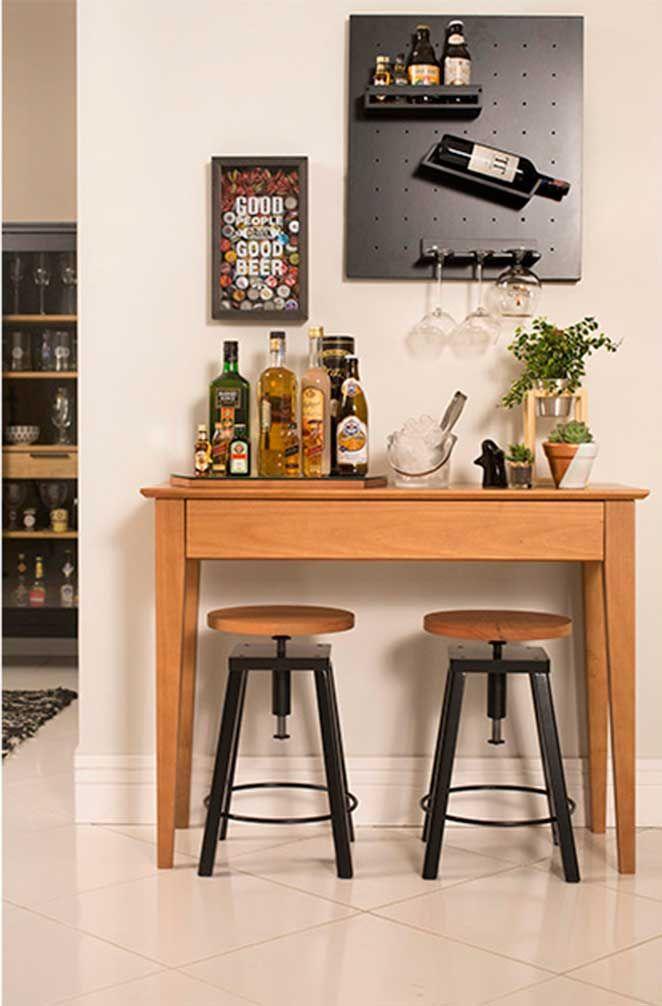 você pode aproveitar um aparador ou um buffet para deixar o seu bar na sala ainda mais gostoso.