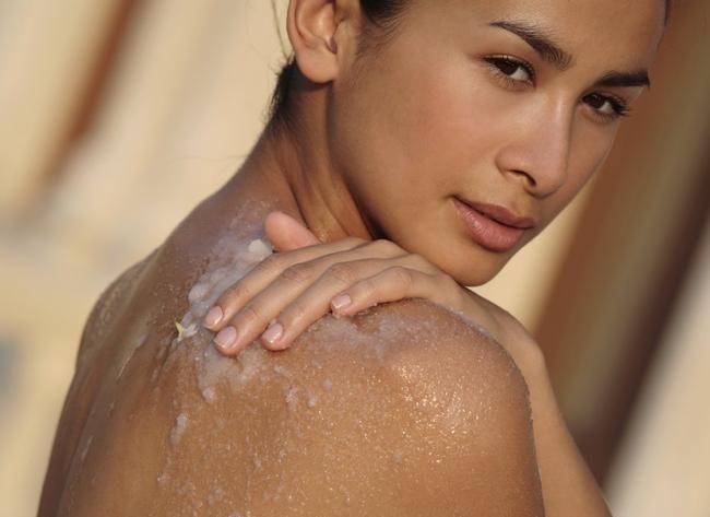 Przepis na scrub do ciała: - łyżka soli morskiej - łyżka oleju migdałowego - łyżka startej skórki pomarańczy - dwie łyżki startej skórki cytryny
