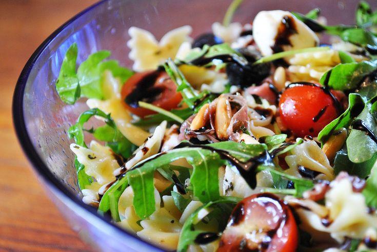 Italienischer Nudelsalat mit Prosciutto Crudo, Rucola, Tomaten & gerösteten Pinienkernen