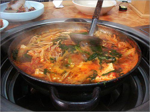 매운탕 – Maeuntang significa sopa picante, ´é uma sopa de peixe cozida com pasta de pimenta. Entre os peixes mais comuns utilizados na sopa estão cioba, robalo, pescada amarela, bacalhau, pescada, e peixe pollock.