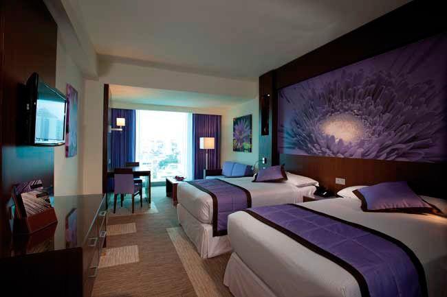 Hotel Riu Plaza Panama. The hotel rooms are spacious and include a sofa, desk, free wireless Internet , flat screen TV and fully equipped modern bathrooms. Las habitaciones son espaciosas, elegante y disponen de sofá y mesa de trabajo, WiFi gratuito y modernos baños totalmente equipados. Riu Hotels & Resorts - Panama