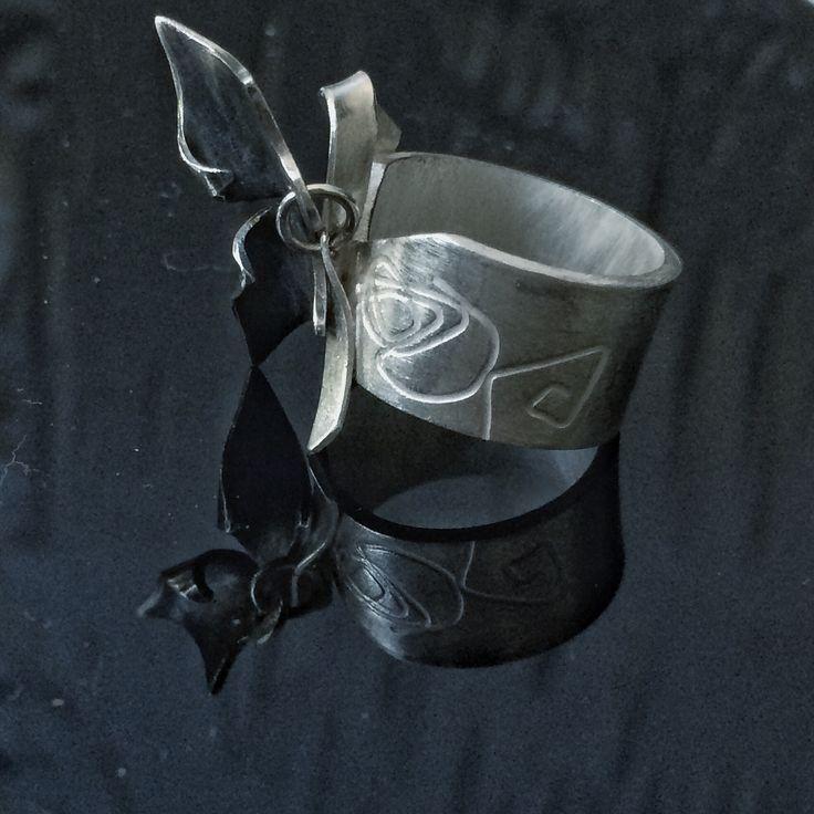 Brisa: lembrando a emoção de ter uma borboleta pousada no dedo. Anel em prata com detalhe pendente.