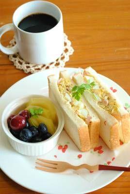 マヨネーズなしで作る「サンドイッチ」ザワークラウトと粒マスタードがポイント!!これにゆで卵を加えるだけで、と~っても美味しいサンドイッチができますマヨネーズを入れないので、とってもヘルシーおつまみにもなりますよザワークラウトは作り置きができるのでとっても便利です★★★レシピ★★★★材料(2人分)・サンドイッチ用食パン4枚・ザワークラウト大さじ4・ゆで卵2個・スライスハム2枚・粒マスタード大さじ1★作り方1.スライスハムは半分に切り、千切りにしておく。茹で卵は、フォークの背で潰しておく。(細かく潰す必要はありません)2.ボウルに、ザワークワウト、1、粒マスタードを加えて全体をよく混ぜる。3.2の半量をサンドイッチ用食パンではさむ。これをもう一つ作り、食べやすく切る。************************...