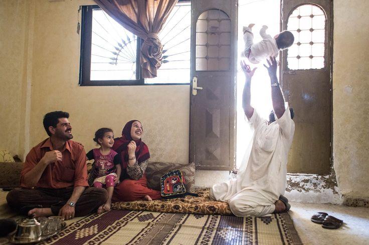 A szerző arab szakot végzett fotográfus. Amikor hazánkat közvetlenül is elérte a menekültváltság,