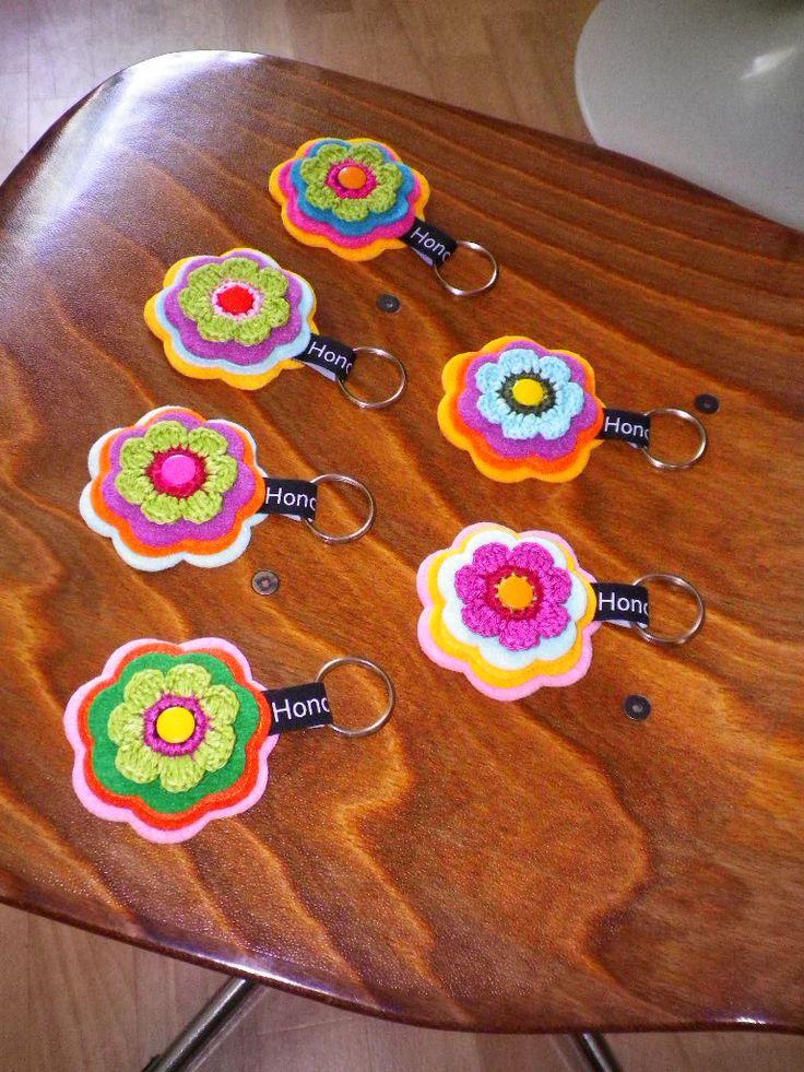 Schlüsselanhänger von Hono Lulu (dawanda 2014) bzw. fummelhummel Taschenbaumler Button Applikation Nähen Blume Prilblume Häkelblume Filz Cam Snaps bunt retro