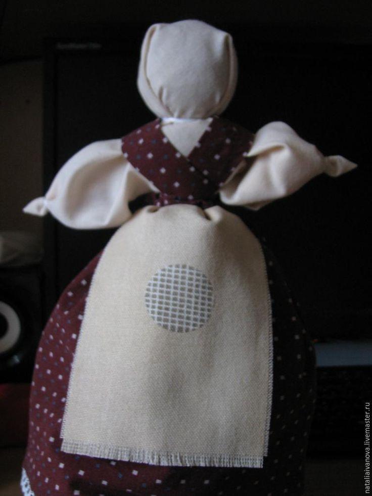 Сегодня покажу вам, как делается кукла-перевертыш. Еще эту куклу назыввали Вертушкой. Это традиционная игровая кукла. Блуждая по просторам интернета, видела, как многоие пытаются найти в этой кукле более глубокий смысл. И находят! Многими мастерицами «Девка-Баба» осмысливается как отражение двух сущностей женщины — девки и бабы, как закрепление перехода женщины из одной ипостаси в другую.