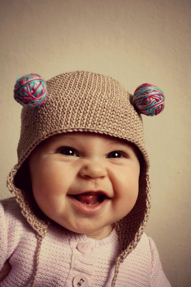 Háčkovaná čepice s bambulkama pro veselou holčičku Bavlněná háčkovaná čepice s bambulkama oživí každý dětský outfit. Velikost čepičky je vhodný pro obvod hlavy 49cm. Základní barva: kapučíno + pastelově tyrkysová + středně růžová