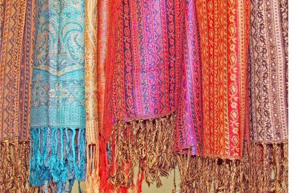 Deze mooie kwaliteitssjaals komen rechtstreeks uit India en zijn gemaakt van 100% pure zijde en mooi geweven zachte stoffen. Kijk voor meer sjaals en winterse omslagdoeken op www.sewiso.com