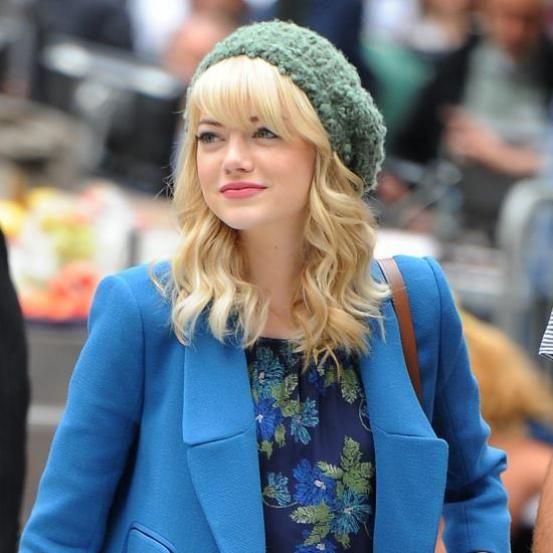 <p>Meer bewijs nodig dat krullen ook bij kort(er) haar een goed idee zijn? Emma Stone is <em>your girl</em>! De actrice is een echte kameleon als het op kapsels aankomt. Bruin, blond of vurig ros? Emma durft het allemaal. Haar schuine bles laat ze vaak steil. Perfect combo!<br /><br /></p>