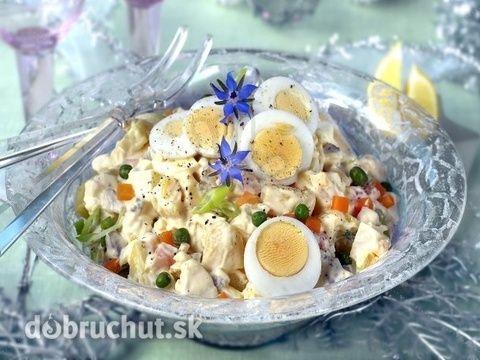 Šalát na letnú večeru 6 ks vajce 4 ks paradajka 1 ks uhorka šalátová 1 zväzok reďkovka 2 ks jarná cibuľka 3 ks párky podľa chuti šunka 100 g syr tvrdý podľa chuti bylinková soľ trochu hrášok Uvarené vajcia pokrájame na prúžky, ostatné suroviny na malé kúsky, syr nastrúhame a všetky ingrediencie zmiešame. Dáme do chladničky asi na 30 minút.