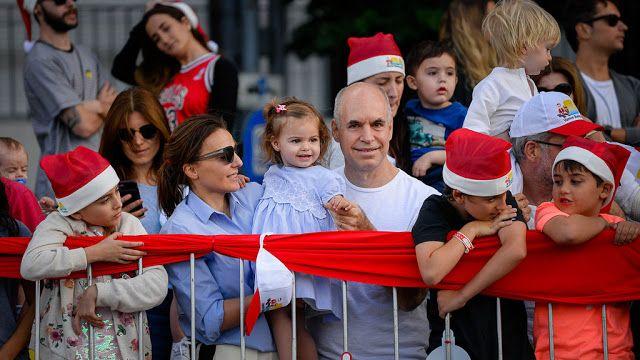 Más de 85 mil personas disfrutaron del Desfile Navideño   Ayer se celebró la segunda edición del Desfile Navideño de la Ciudad de Buenos Aires y más de 85 mil personas disfrutaron del show superando las 66 mil que había reunido la primera edición en diciembre de 2016.  El desfile contó con más de 350 artistas 200 bailarines y seis carrozas gigantes acompañadas de patinadores acróbatas y cantantes que marcharon por las calles al ritmo de las canciones navideñas en un espectáculo libre y…
