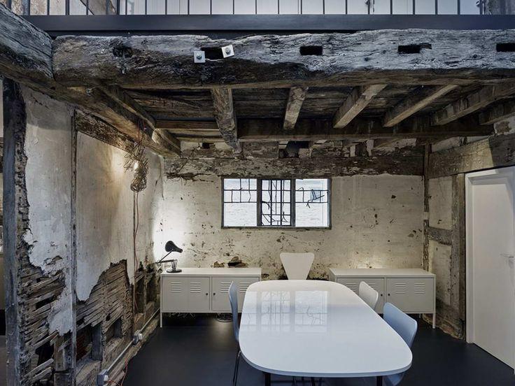 300-летние руины каменного дома 17 века были превращены в современный жилой дом-студию.