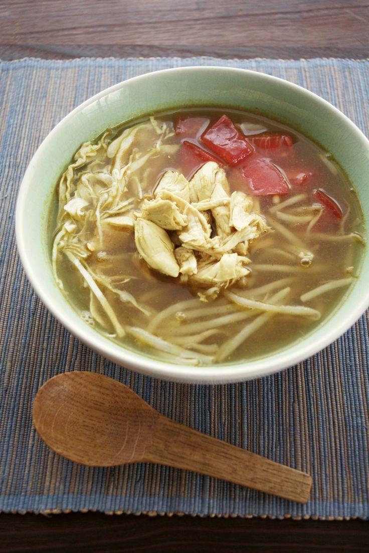スパイシーでさっぱり♪インドネシアのチキンスープ、ソトアヤム by ヤミー / インドネシア焼き鳥はサテ・アヤム、チキンスープはソト・アヤム。つまりアヤムは鶏肉。インドネシアもわかりやすい料理名ですね~。鶏肉でダシをとったスープに炒めたスパイスのペーストを加えば出来上がり♪ケチャップマニスなどのインドネシア調味料は使用しません。でもねー美味しいよ!アッツアツのスープに野菜を入れていただきます。入れすぎるとスープが冷�%8