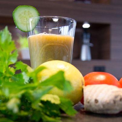 Entsafter-Rezept: Hangover-Spezial: 250g Tomate, 1 Gurke, 250g Stangensellerie, 1 Zitrone, 1 kleines Stück Ingwer