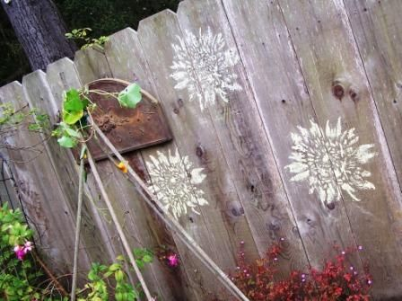 Stencil pretty images onto blank fences: Wood Fence, Privacy Fence, Chalk Stencils, Backyards Bliss, Stencils Fence, Sidewalk Chalk, Outdoor Decor, Backyards Ideas, Outdoor Spaces