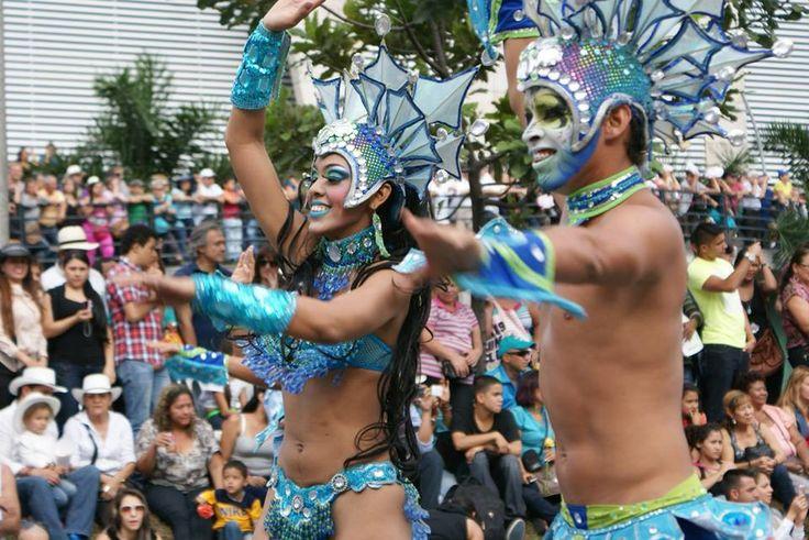 En el desfile, participan también otros artistas con diferentes peformance, que complementan la festividad de las ferias de Medellín.