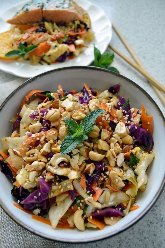 Ensalada asiática de col a la parrilla, con repollo o col blanco y morado, zanahoria, almendras, cilantro y aderezo con salsa de soya, ajonjolí, jengibre y más. Una versión ligera de la ensalada de col cremosa.