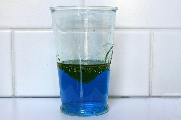 Aujourd'hui, nous allons étudier le rôle du savon entre l'eau et l'huile... Cette expérience scientifique sera rapide et nécessite que peu d'ingrédients, que vous avez forcément à la maison. Matériel nécessaire pour cette expérience Vous aurez besoin d'un verre ou de tout autre récipient transparent (pour mieux voir l'expérience), d'eau, d'huile végétale et de liquide vaisselle et une petite cuillère. On peut remplacer le liquide vaisselle par du savon liquide. Il vaut également mieux…