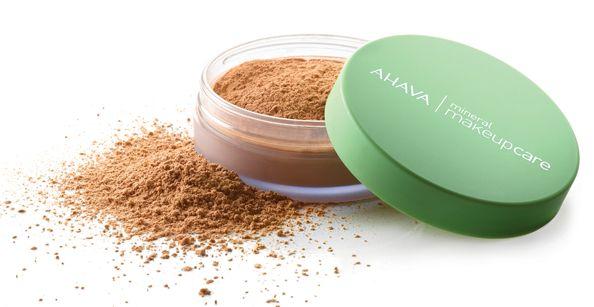 """Ahava Mineral Make Up Loose Powder 03 Clay is een vederlichte losse poeder die een medium tot volledige dekking geeft. De focus"""" technologie. Geschikt voor alle huidtypes"""