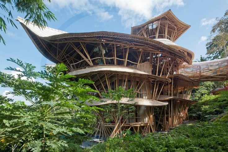 バリ島にそびえる巨大バンブーハウス 見るだけでも圧倒されるデザインのこの建物はなんと「すべてが竹で出来ている」個人宅。 バリ島の森の奥に立てられた6階建ての建物はまるで緑の中に浮かぶ要塞のようです。 ちなみにデザインはエローラ・ハーディ氏によるもの。 中央には竹で組まれた螺旋階段、そしてオープンなリビングが周りを囲むようにレイアウトされ、6階の展望スペースからは近くの渓谷が見渡せるという贅沢さ!なのですが、実はこれがリゾートホテルではなく個人宅というのだから驚きです。 竹の持つ雰囲気がバリという土地の空気感をさらに高めてくれて、毎日がリゾート気分になれそうですね。 土地の長所を活かす構想は必須ということを知らしめます。 これは川を渡るための廊下。 どこか異空間に導かれるような雰囲気を醸し出していますね。 幾何学的に組まれたSFチックなパターンもまた竹を使ったことでエキゾチックにも感じます。 「竹」のポテンシャルは未知数 竹でも6階建てという建物が出来るとい%E