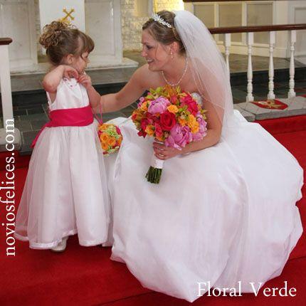 Ramo de novia con peonias rosadas, rosas rojas y anaranjadas y orquídeas verdes, damita de honor con ramo tipo bolso en los mismos tonos
