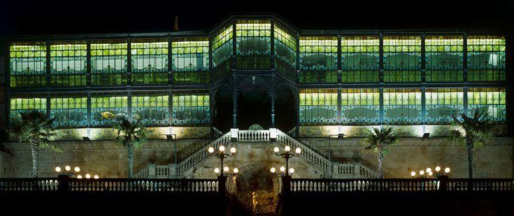 Fachada Sur de la Casa Lis en la actualidad. Vista nocturna con el edificio iluminado. Imagen M.A.S.