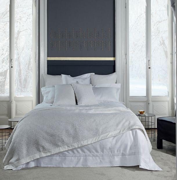 Белый цвет - это символ чистоты, свежести и элегантности. Ощутите позитивную энергию белого цвета в комплектах постельного белья от дома Frette .