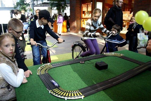 Kto szybciej będzie pedałował i zasili samochodzik na torze wyścigowym, ten wygra!