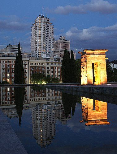 foto del Templo de Debod con la Plaza de España reflejada en su estaque    MADRID