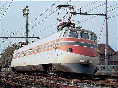 [OThistory] Compie 25 anni il Pendolino, supertreno sviluppato da Fiat Ferroviaria (oggi Alstom) nel 1974 ed entrato in servizio 14 anni più tardi come Etr 450, capace di affrontare le curve a 250 Km/h, grazie alla possibilità di inclinarsi senza compromettere la sicurezza e il confort dei passeggeri.