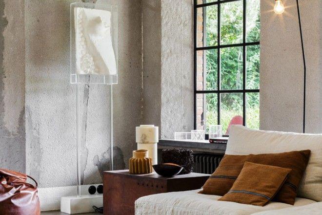 L'angolo lettura e il living si sviluppano su uno sfondo neutro. Bea Mombaers predilige oggetti «dal fascino vissuto». Tappeto bianco in eco-pelliccia, pouf vintage in pelle, di seconda mano.