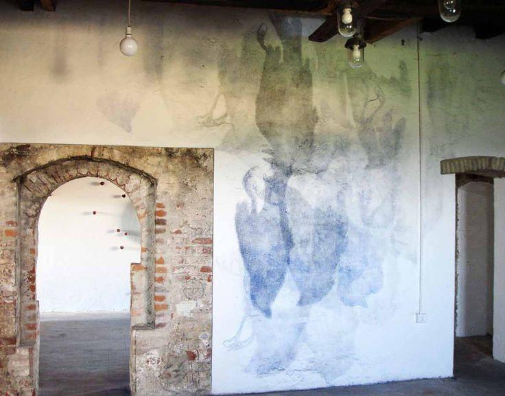 Gianni Moretti, Ritratto di famiglia, 2006. Deposito di pigmento su parete.