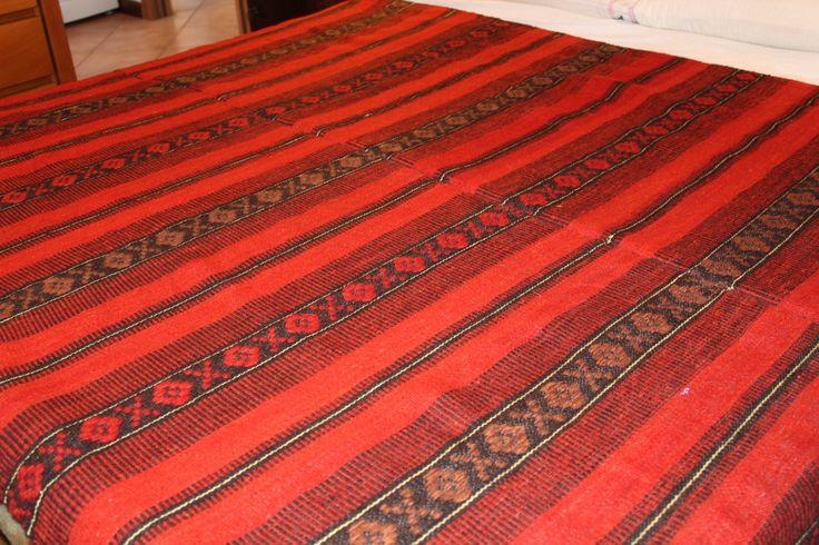 Coperta di lana tessuta a mano secondo le antiche tradizione con motivi.geometriche.strisce rosse/nere. di TRADIZIONALE su Etsy