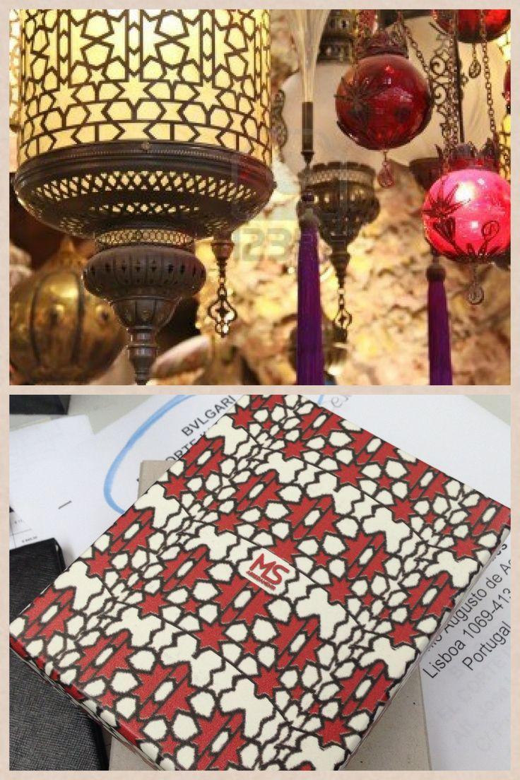 Ci siamo lasciati ispirare delle lampade turche, la moltitudine dei colori inebria e sembra di sentire i profumi delle spezie di qualche mercatino di Istanbul. La trama di questa lampada, colpisce per l'alternanza di stelle e fiori stilizzati.